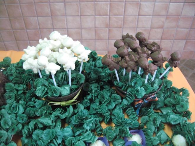 Pirulitos de chocolate com fomato de dinos para enfeitar a mesa.As crianças atacaram..rsrsrsrs