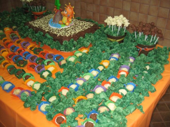 Balinhas de côco fresquinhas enfeitando a mesa, como se fosse a vegetação.